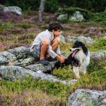 Enfant et son chien profitant de s paysages