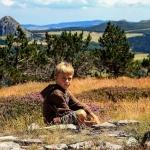 Enfant rêveur sur le plateau de la Lauzière