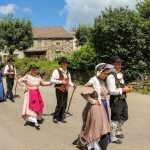 Groupe folklorique traversant le village